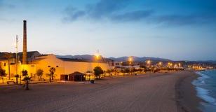 Plage à Badalona au crépuscule Image libre de droits