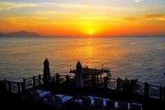 Plage à l'hôtel de luxe pendant le lever de soleil Photos stock
