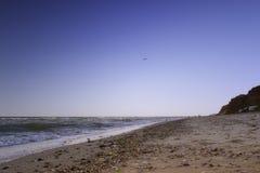 Plage à sable jaune près de la belle mer bleue Photo libre de droits