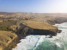 Plage épluchée par La de Fuerteventura à la vue aérienne des Îles Canaries image libre de droits