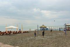 Plage équipée et un terrain de jeu pour le volleyball de plage sur les rivages de la Mer Noire Jour nuageux au début de la saison Photographie stock libre de droits