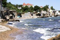 Plage étroite de mer Promenade par la mer Paysage marin photo libre de droits