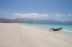 Plage abandonnée avec le bateau de pêche. Île d'île de Socotra Image libre de droits