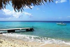 Plage abandonnée avec un ressac de mer sur l'île du Curaçao image libre de droits