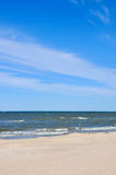 Plage abandonnée dans Palanga Lithuanie À sable jaune sur la plage près de la mer bleue La récréation, voyage en mer, croisière e Photos libres de droits