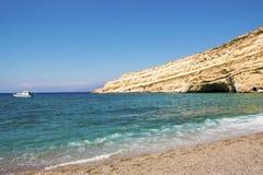 Plage abandonnée de Matala dans un jour d'été ensoleillé Crète, Grèce photographie stock libre de droits