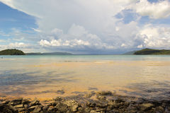Plage abandonnée sur l'île en bambou Photographie stock