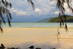 Plage abandonnée sur l'île en bambou avant la tempête Image stock