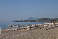 Plage abandonnée sur la côte pendant le début de la matinée Image libre de droits