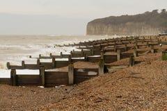 Plage anglaise orageuse avec des brise-lames image libre de droits