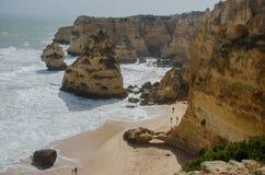 Plage arénacée célèbre du DA Marinha de Praia près de Lagos, Portugal Image libre de droits