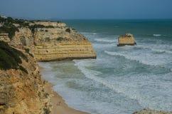 Plage arénacée célèbre du DA Marinha de Praia près de Lagos, Portugal Photo stock