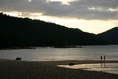 Plage au coucher du soleil Image stock