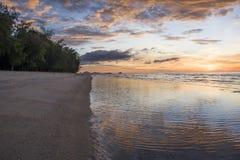 Plage au coucher du soleil photos stock