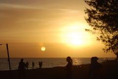 plage au-dessus de coucher du soleil Images stock