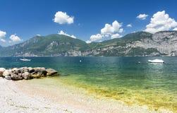Plage au policier de lac, Italie Photos libres de droits