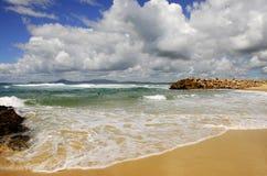 Plage australienne avec des nuages Image stock