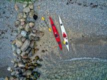 Plage avec des canoës photographie stock libre de droits