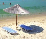 Plage avec des parapluies Photo stock