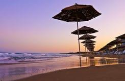 plage avec des parapluies dans Nessebar Photographie stock libre de droits