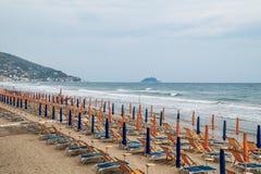 Plage avec des parapluies en mer Photographie stock
