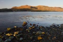 Plage avec des pierres en Mavis Grind, Îles Shetland Photos stock