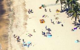 Plage avec des touristes en été Photo stock