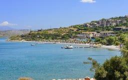 Plage avec des vacanciers Station de vacances méditerranéenne typique Photos libres de droits
