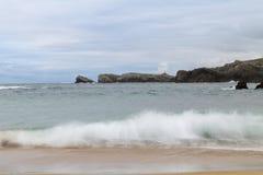 Plage avec des vagues et sans personnes Photo libre de droits