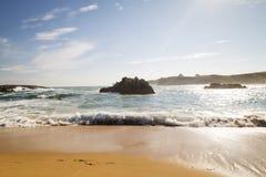 Plage avec des vagues et sans personnes Photographie stock