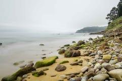 Plage avec la roche et le sable Photographie stock libre de droits