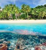 Plage avec la vue sous-marine de récif coralien Photo stock