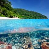 Plage avec la vue sous-marine de récif coralien Photographie stock libre de droits