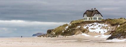 Plage avec le beachhouse exclusif Photo libre de droits