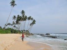 Plage avec le sable et les palmiers blancs Photographie stock libre de droits