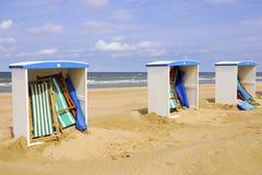 Plage avec les huttes colorées de plage Image stock