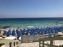 Plage avec les parapluies et le sable blanc, saison de plage en Chypre photo stock