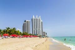 Plage avec les stations de vacances côtières en Sunny Isles Beach Images libres de droits