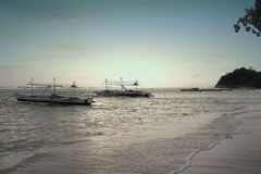 Plage avec un bateau au rivage Image libre de droits