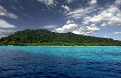 Plage blanche à l'île de Tachai Image libre de droits