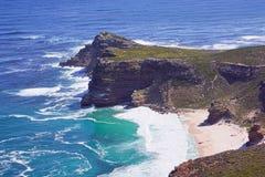 Plage blanche au-dessous des falaises Photos libres de droits
