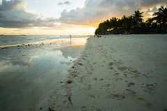 Plage blanche d'en d'Atardecer, Philippines Coucher du soleil à la plage blanche Philippines images stock
