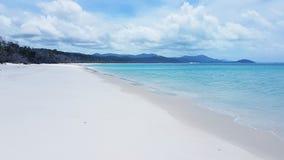 Plage blanche de ciel l'île de Pentecôte dans l'Australie photo stock