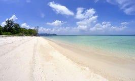 Plage blanche de sable à l'île de Poda, Thaïlande Images stock