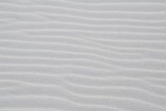 Plage blanche de sable avec des ondulations Image libre de droits