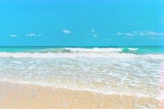 Plage blanche de sable avec l'eau de mer azurée clair comme de l'eau de roche dans la grande baie de Sperone Images stock