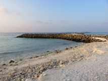 Plage blanche de sable avec l'océan image libre de droits