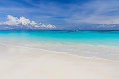 Plage blanche de sable avec le beau ciel photo stock