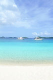 Plage blanche de sable d'océan tropical Image stock