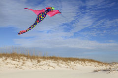 Plage blanche de sable de Dragon Kite Flying Over Beautiful Photo stock